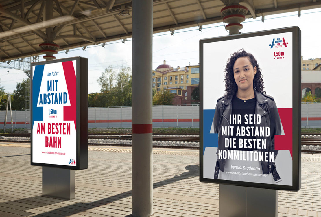 Plakat an einem Bahnhof