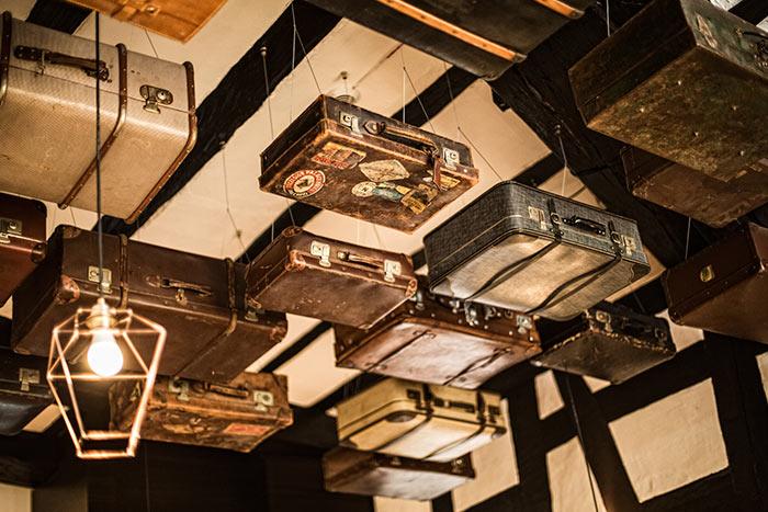 Blick auf an der Decke hängende Koffer im Bistroteil.