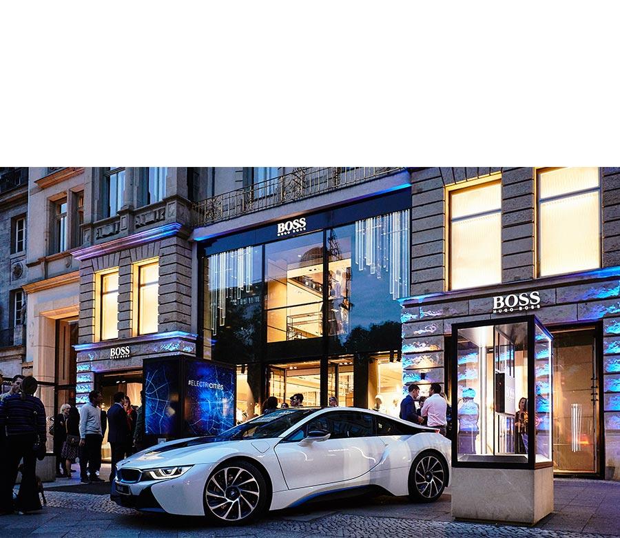 Auto vor Hugo Boss Store