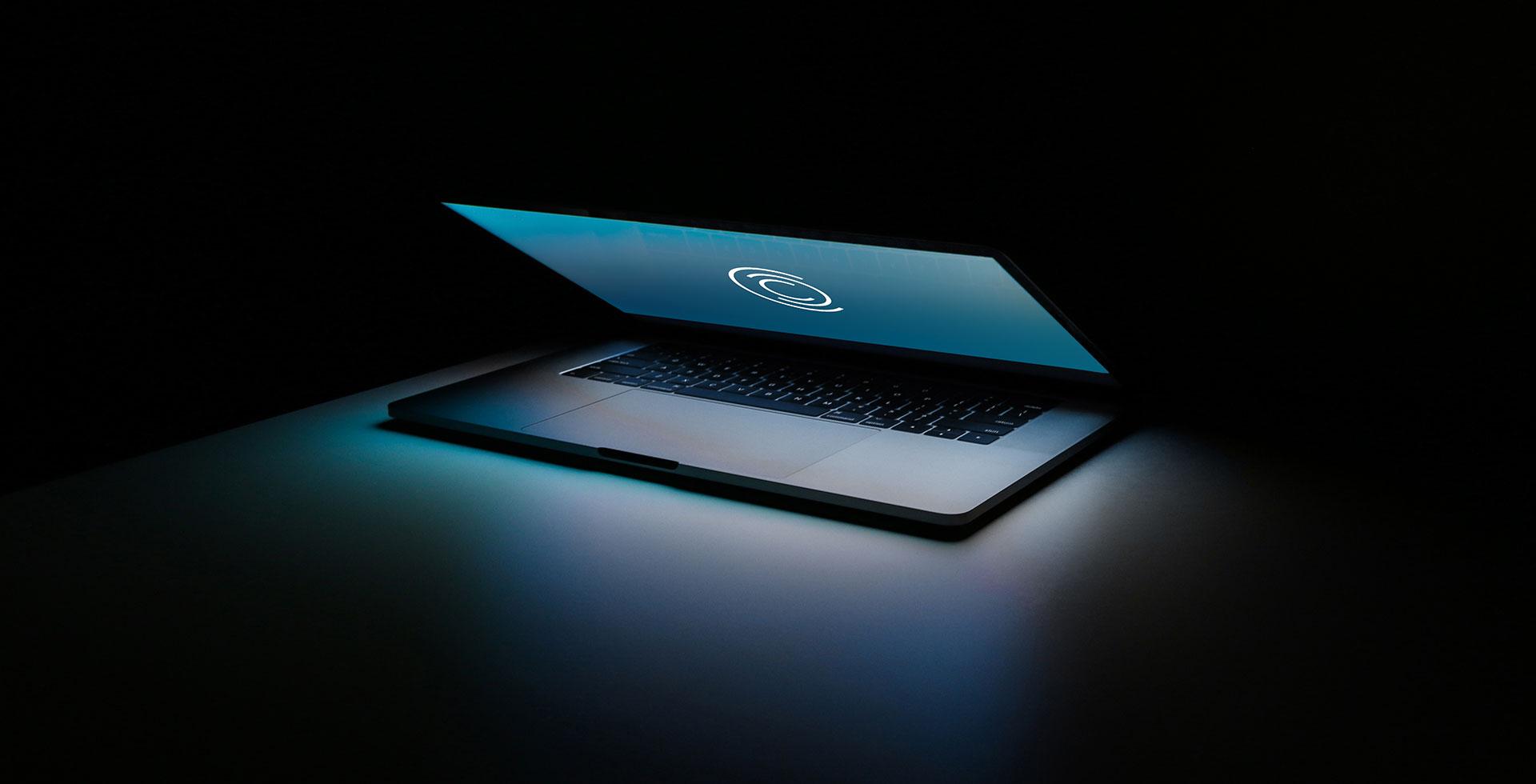 Halb aufgeklapptes Laptop mit neuem CCC-Logo