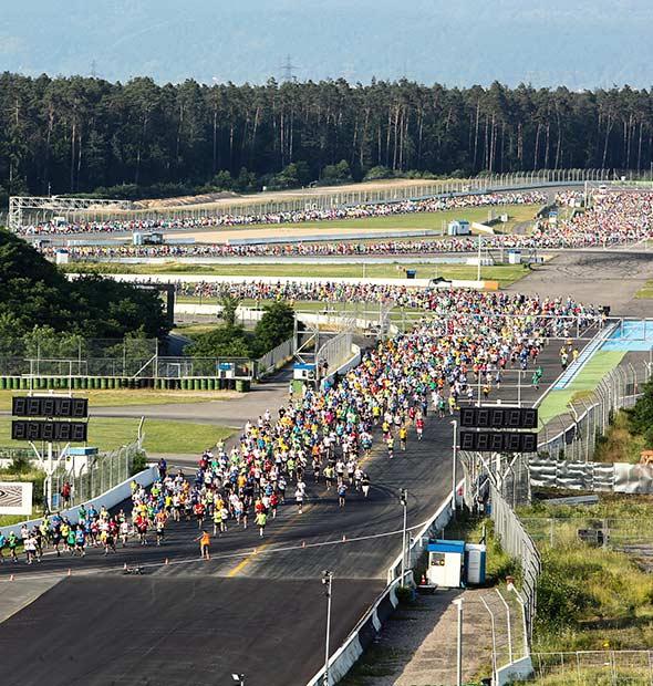 Das Läuferfeld auf der Formel 1 Strecke.