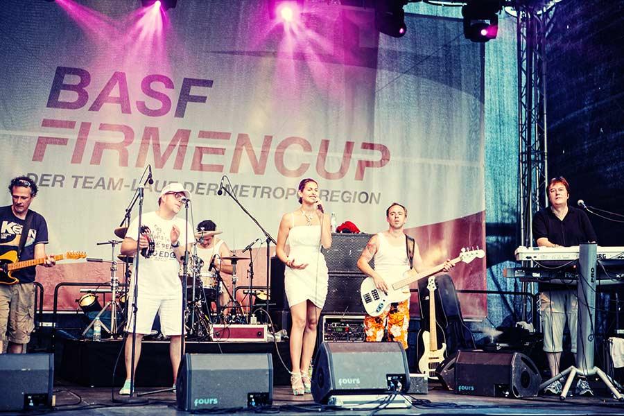 Abendprogramm des Events mit Band auf der großen Bühne.