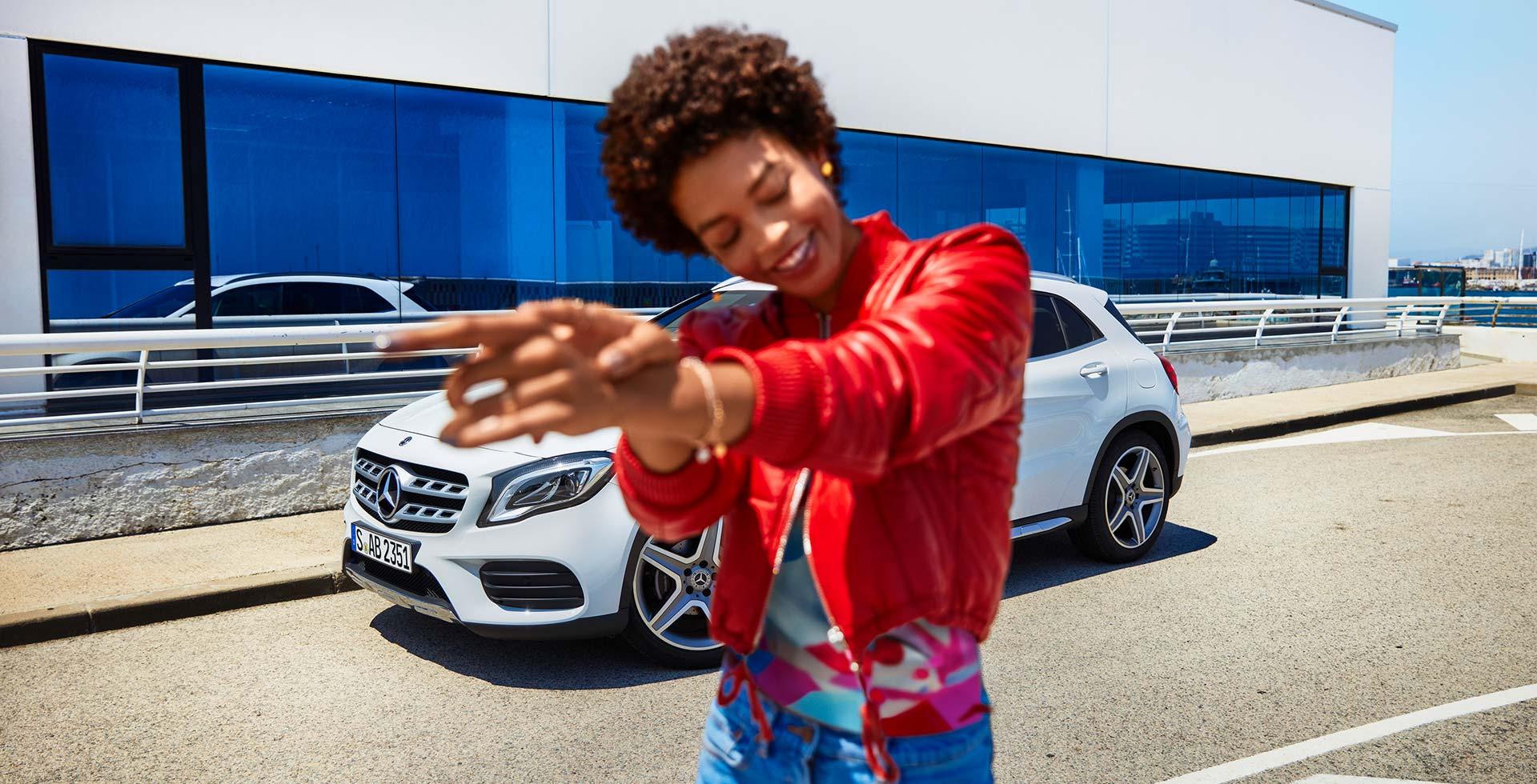 Foto aus dem Bilderpool für Mercedes-Benz Global Service & Parts, auf dem eine Frau lässig vor einem weißen Mercedes-Benz steht