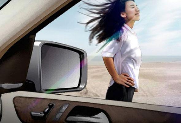 Entwicklungsszenario der Motiventstehung als fotorealistische Illustration: eine Frau steht vor einem Mercedes im Wind.