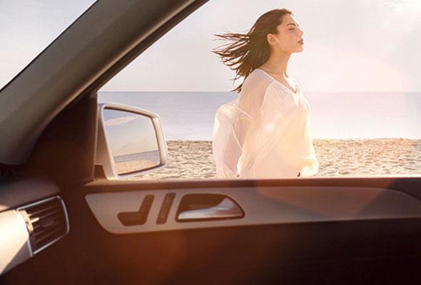 Entwicklungsszenario der Motiventstehung als fertiges Bild: eine Frau steht vor einem Mercedes im Wind.