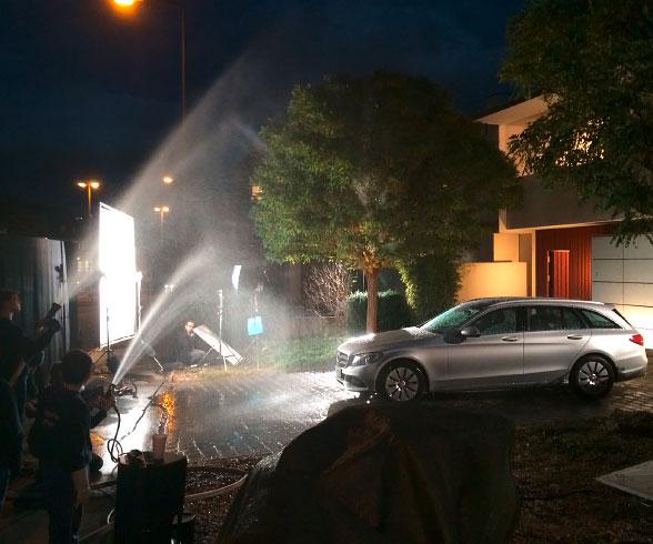 Making-Of-Dokumentation: Der Regen wird durch Feuerwehrschläuche simuliert.