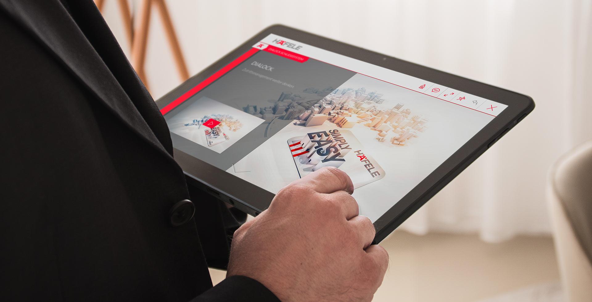 Ansicht der Häfele Vertriebs-App, die auf einem Tablet angewandt wird.
