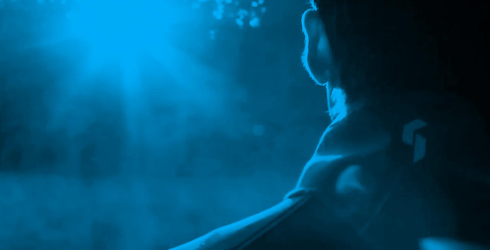Daniel Holzinger von hinten in blauer Filteroptik.