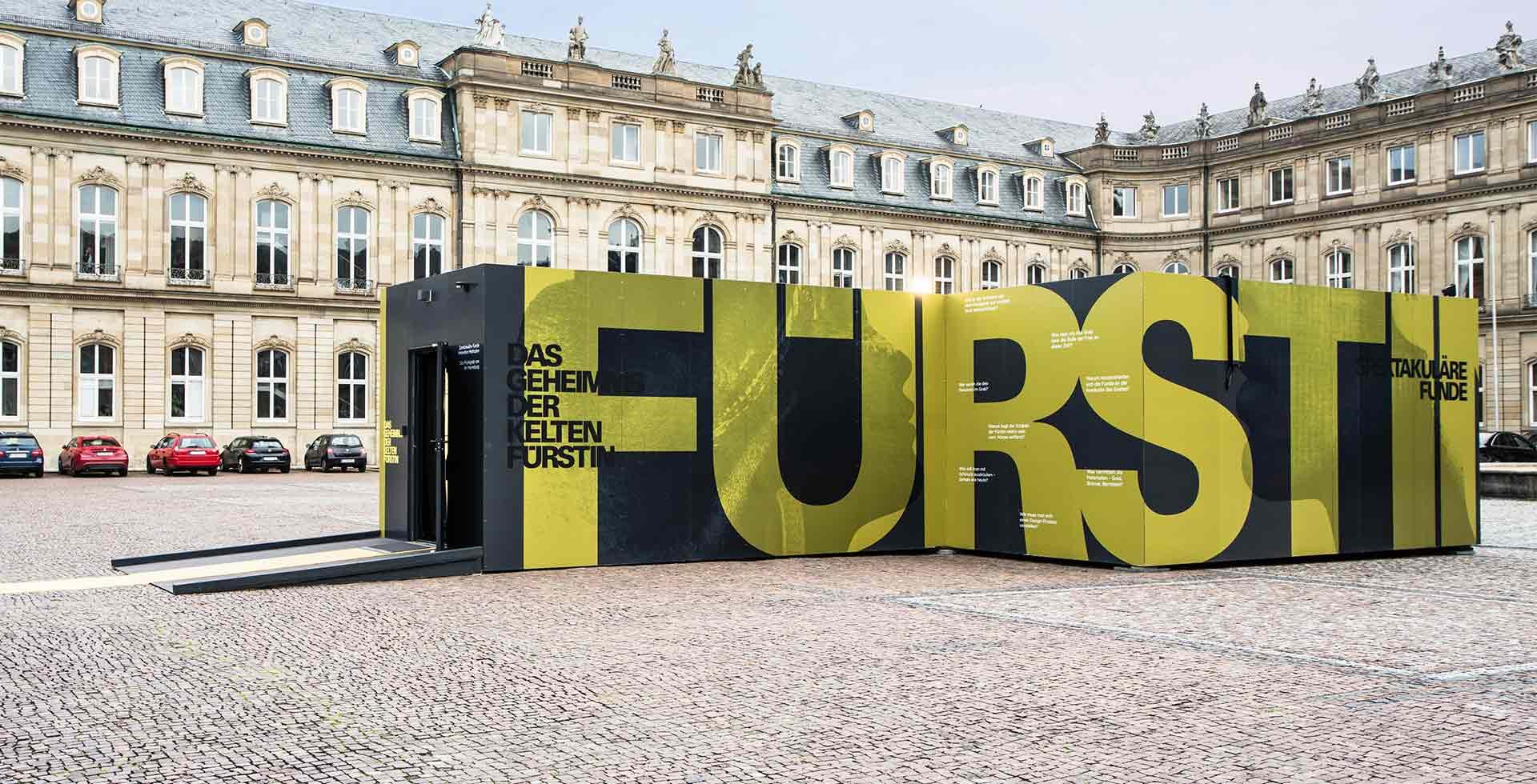 Ansicht der Event-Container der Keltenausstellung von außen auf dem Schlossplatz in Stuttgart.
