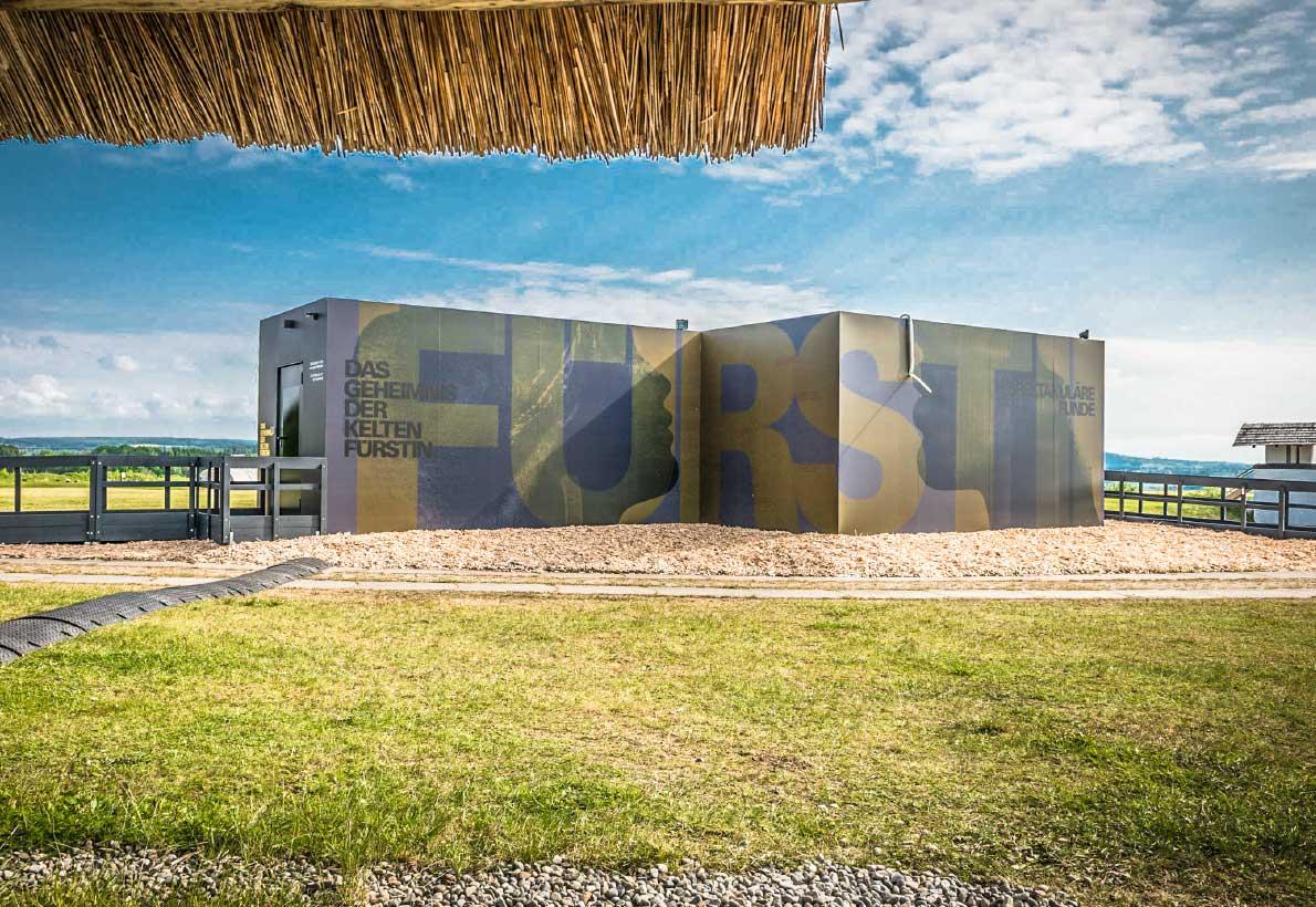 Ansicht der Event-Container der Keltenausstellung von außen im Freilichtmuseum Heuneburg.