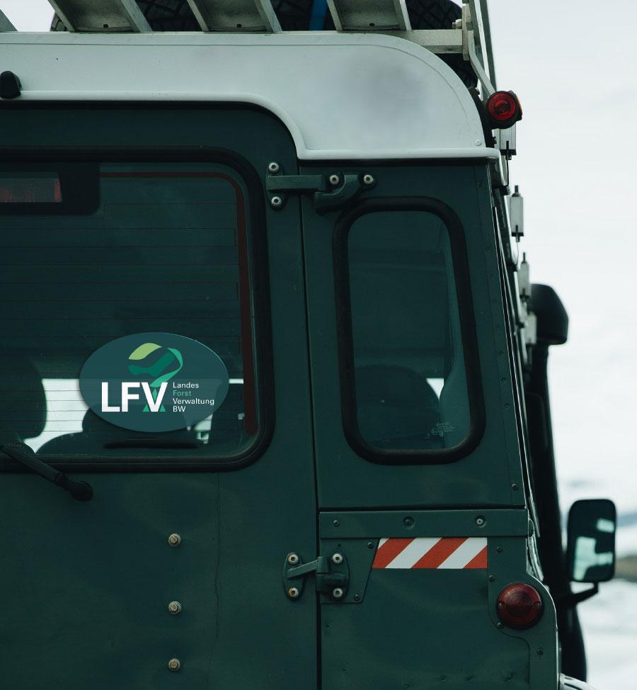 Sticker auf der Heckscheibe eines Geländewagens