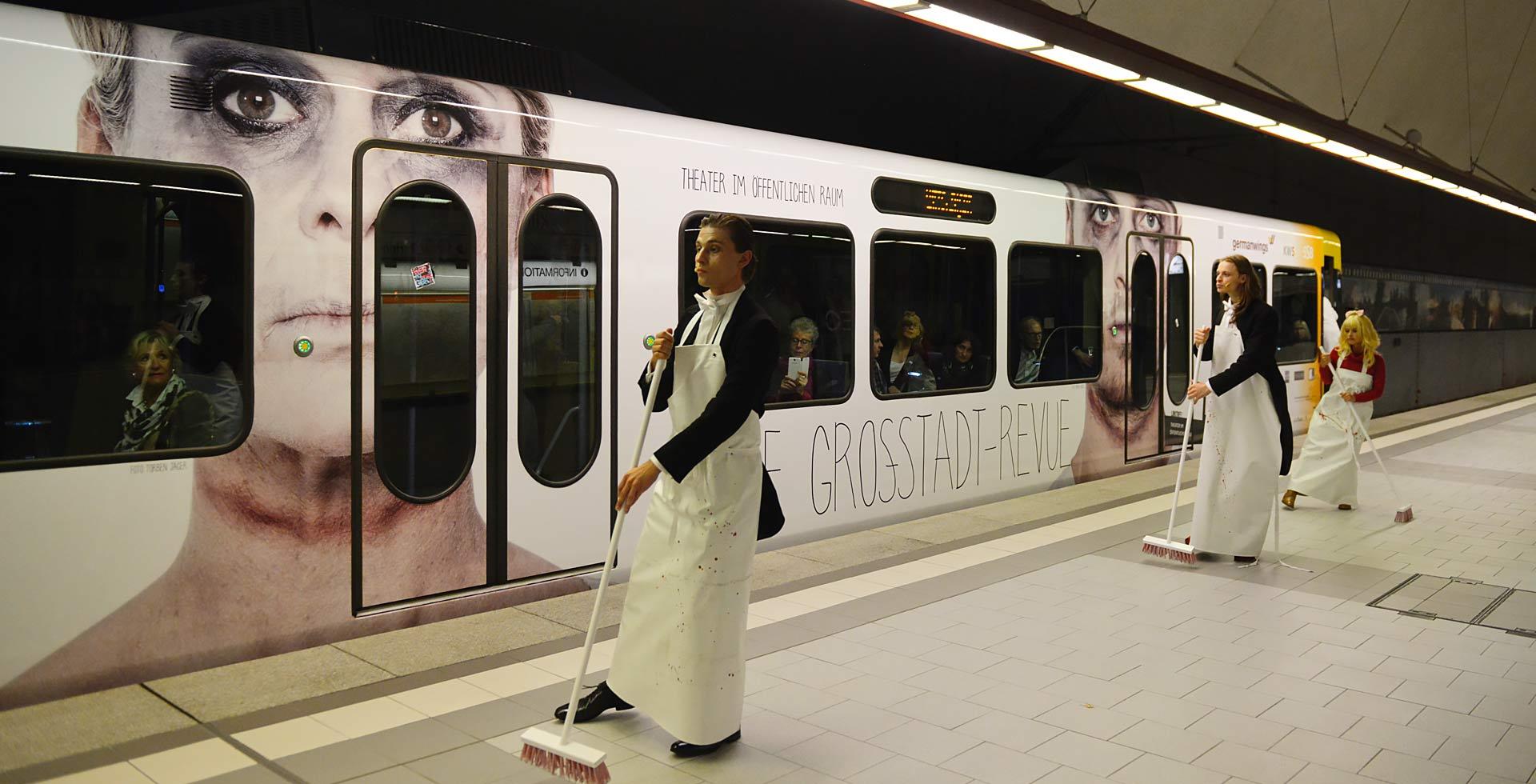 Die Motive zum Theaterstück auf der S-Bahn mit Schauspielern im Vordergrund.