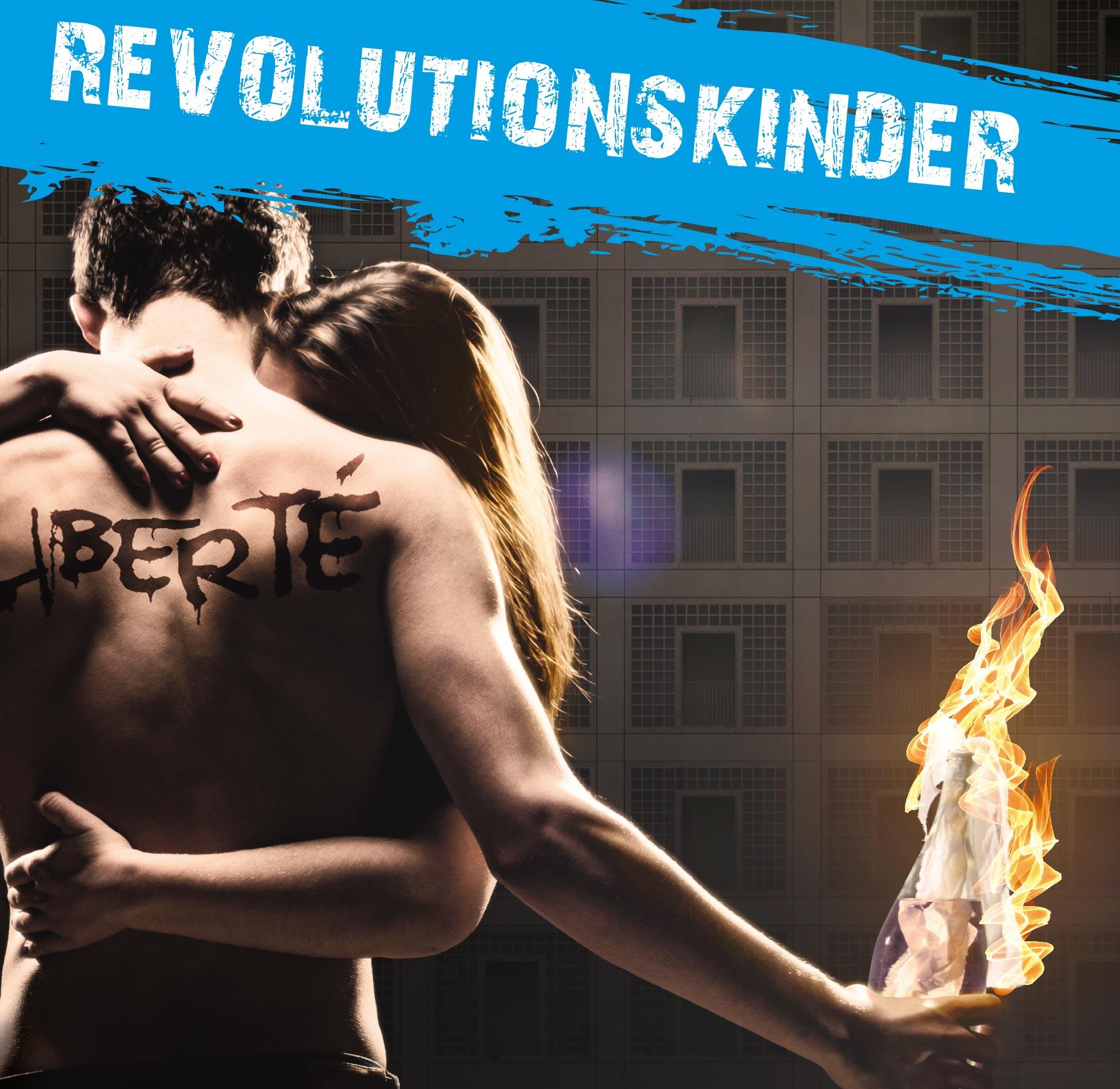 Visual zu 'Revolutionskinder': Ein junges Paar umarmt sich. Auf dem nackten Rücken des Mannes, der einen brennenden Molotow-Cocktail in der Hand hält, steht 'Liberté' geschrieben.