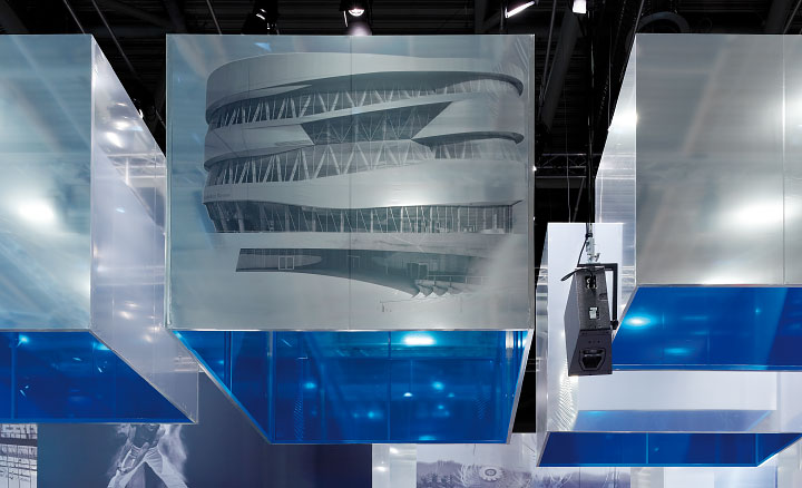 Projektionsflächen als Teil der Deckenkonstruktion des Messestands.